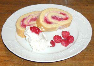 Bisquitroulade mit Joghurt-Himbeerfülle
