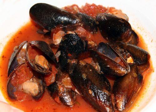 Miesmuscheln in Tomaten-Rotwein-Sud