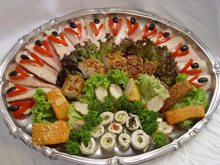 Kalte Platten: verschiedene Räucherfische