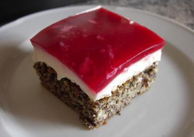 Mohnschnitten mit Joghurt-Obers-Creme und Himbeer-Fruchttgelee