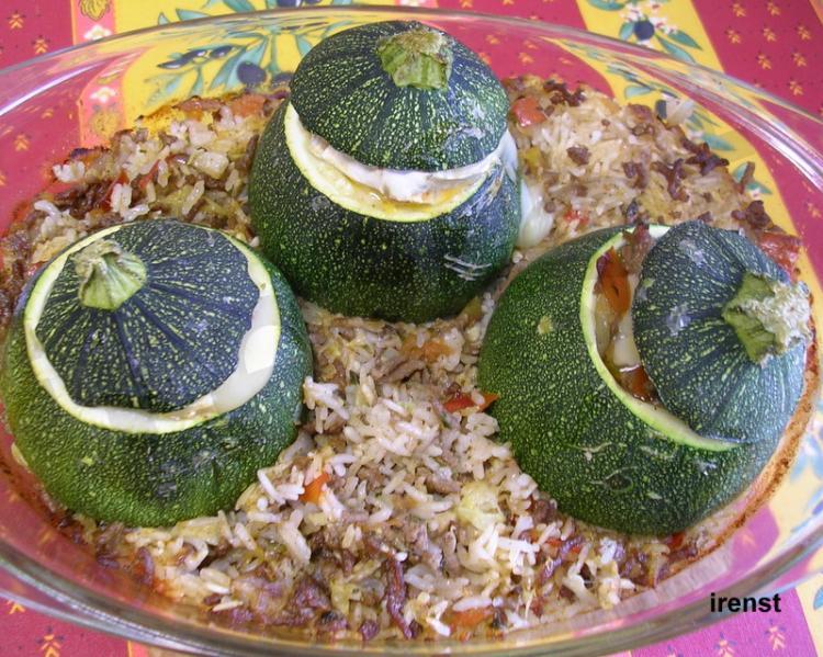 Runde Zucchinis auf Reisbett