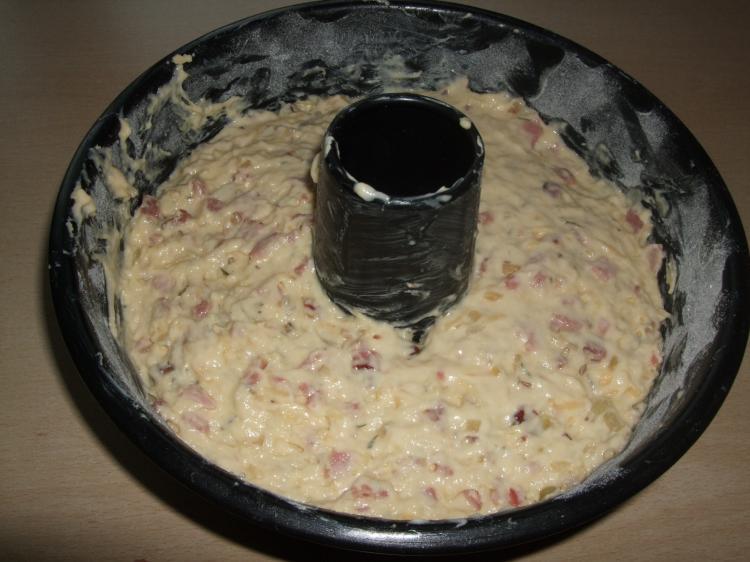 Gugelhupf mit Zwiebeln, Schinken und Speck