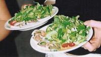Lachs-Mozzarella-Röllchen auf einem Rucolafächer