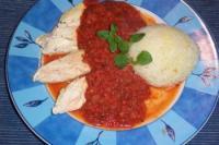 gekochte Hühnerbrust mit Tomatensauce