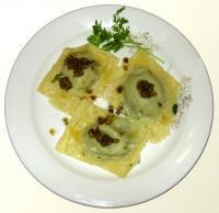 Selbstgemachte Tortellini mit Spinatfüllung auf Champignonbutter