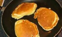 Kanadische Pfannkuchen mit Ahornsirup
