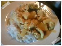 Hähnchen in Curry-Sauce mit Reis und Broccoli